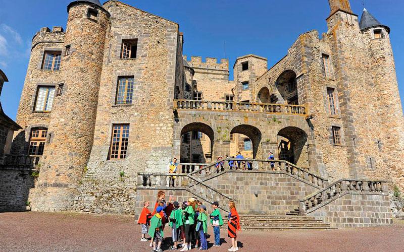 cour du château de Murol - classe médiévale avec Élément Terre en Auvergne