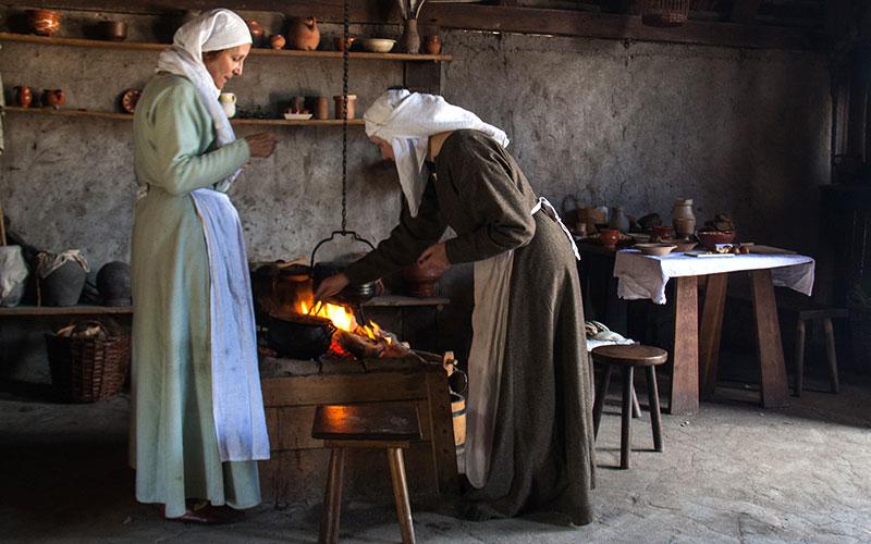 la cuisine au Moyen-Âge- classe médiévale avec Élément Terre en Auvergne - © Hans Splinter