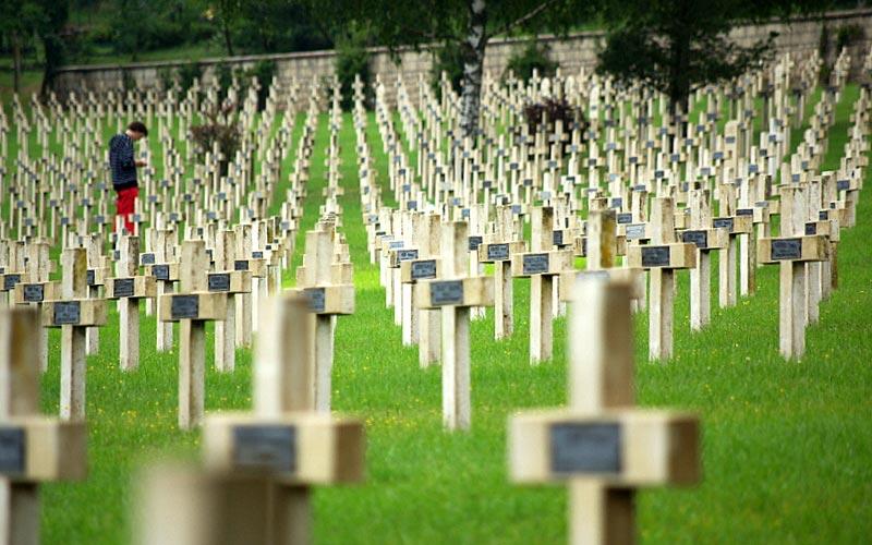 Verdun, l'encyclopédie de la Première Guerre Mondiale | Élément terre - © Wytze Alers - cimetière français
