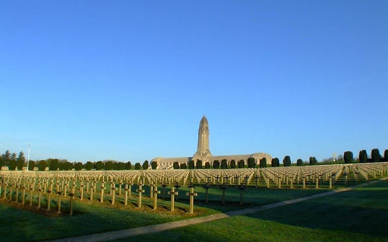 Verdun, l'encyclopédie de la Première Guerre Mondiale | Élément terre - © A. Duarte - cimetière français et ossuaire de Douaumont