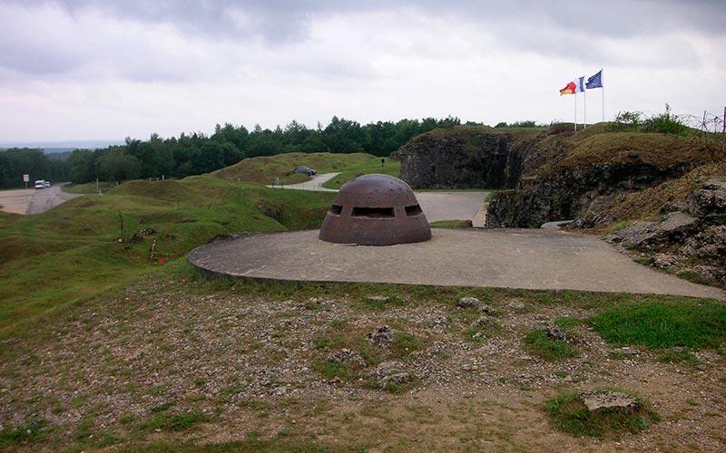 Verdun, l'encyclopédie de la Première Guerre Mondiale | Élément terre - © bartlinssen1968 - tourelle de mitrailleuse à Verdun