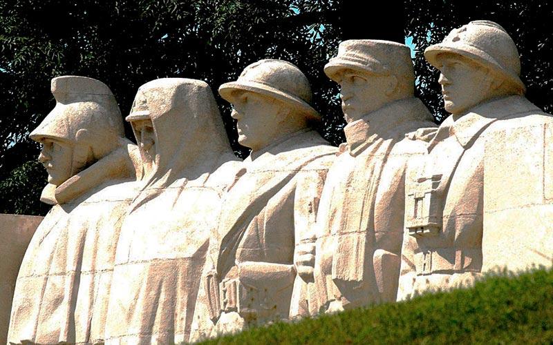 Verdun, l'encyclopédie de la Première Guerre Mondiale | Élément Terre - monument aux soldats