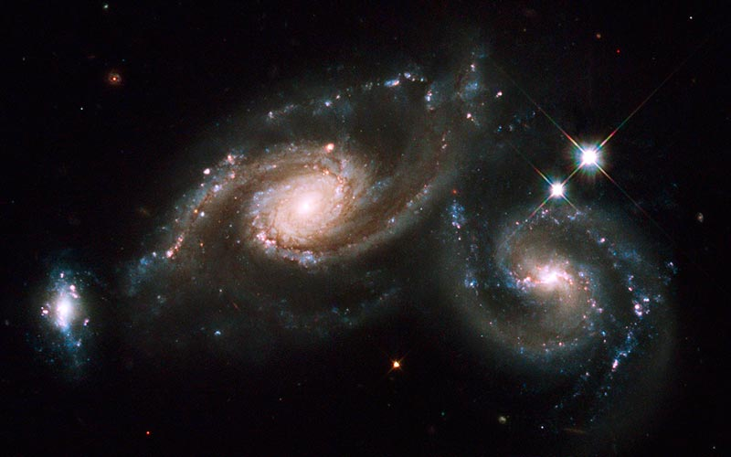 Astronomie en Auvergne | Élément Terre - © Hubble Heritage-Flickr - Galaxy Triplet Arp 274